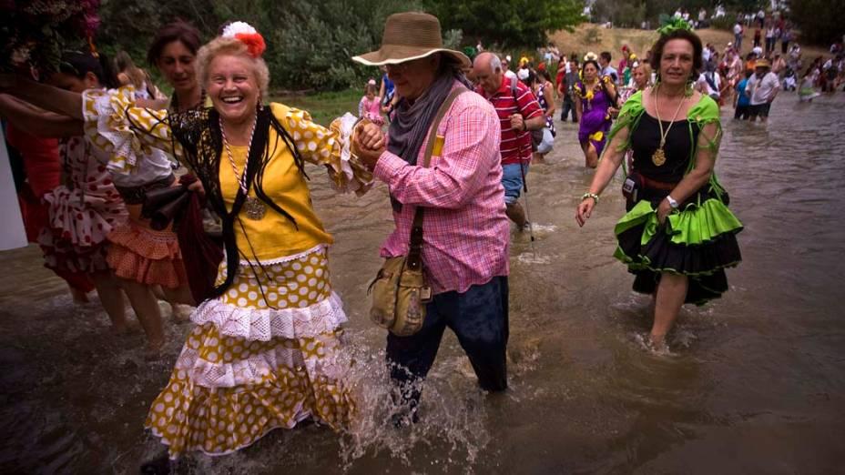 Peregrinos atravessam o rio Quema à caminho do santuário de El Rocio, na cidade de Villamanrique, Espanha