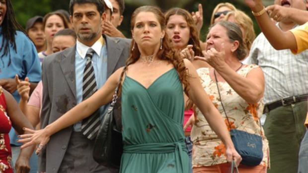 """Viviane (Letícia Spiller) defendia com unhas e dentes o seu Naldo (Eduardo Moscovis) – """"Te dedico, meu rei!"""", repetia – em Senhora do Destino (2004). De piriguete passou a """"Evita da Baixada"""""""