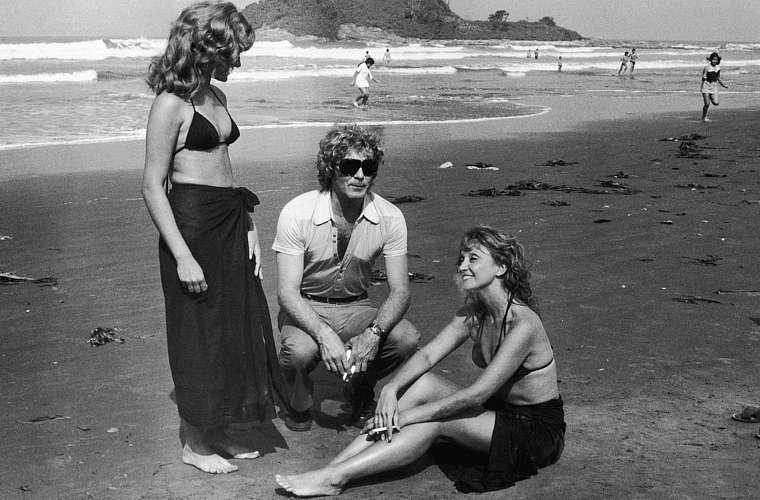 Eva Wilma como as gêmeas Ruth e Rachel, na primeira versão de Mulheres de Areia, em 1973. Acima, a atriz (à dir.) com sua dublê e o ator Carlos Zara.
