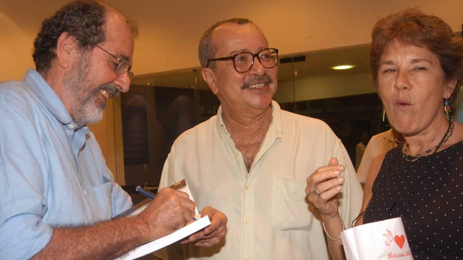 João Ubaldo Ribeiro ganha autógrafo no livro de Cacá Diegues, O Diário de Deus é Brasileiro, no Espaço Unibanco de Cinema, em 2003