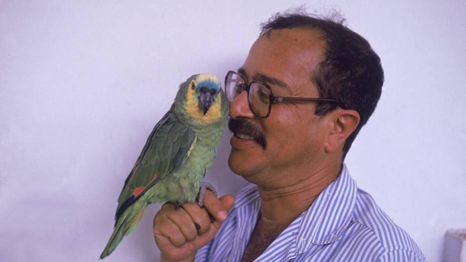 O escritor João Ubaldo Ribeiro é fotografado com seu animal de estimação nos anos 80, no Rio de Janeiro