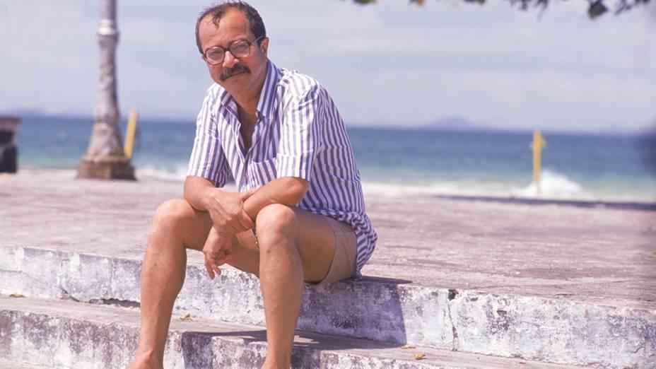 O escritor João Ubaldo Ribeiro em praia carioca