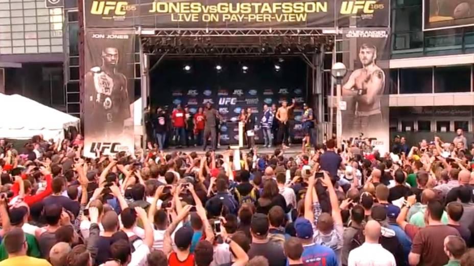 Pesagem do UFC 165, em Toronto: Jon Jones joga seus tênis para a torcida