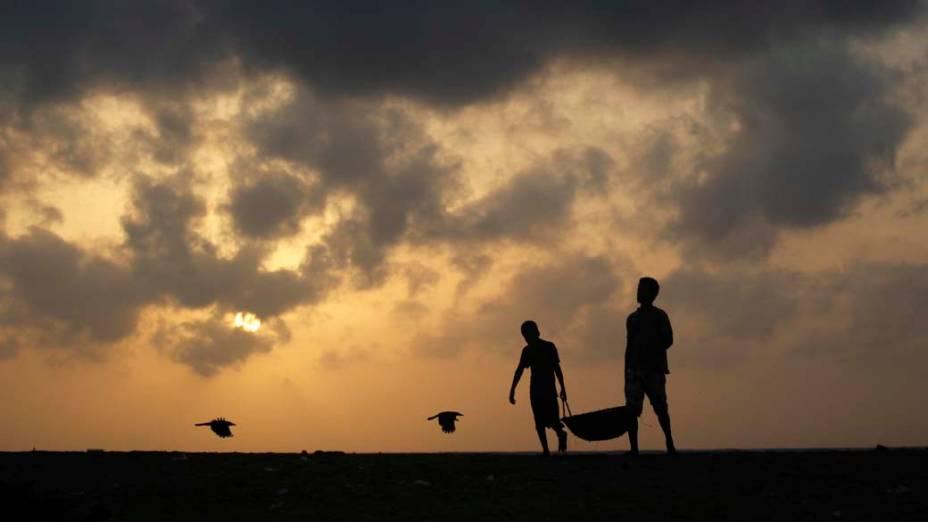 Pescadores na cidade de Negambo, Sri Lanka