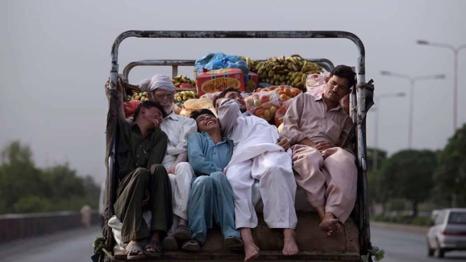 Paquistaneses em caminhão de frutas nos arredores da cidade de Islamabad