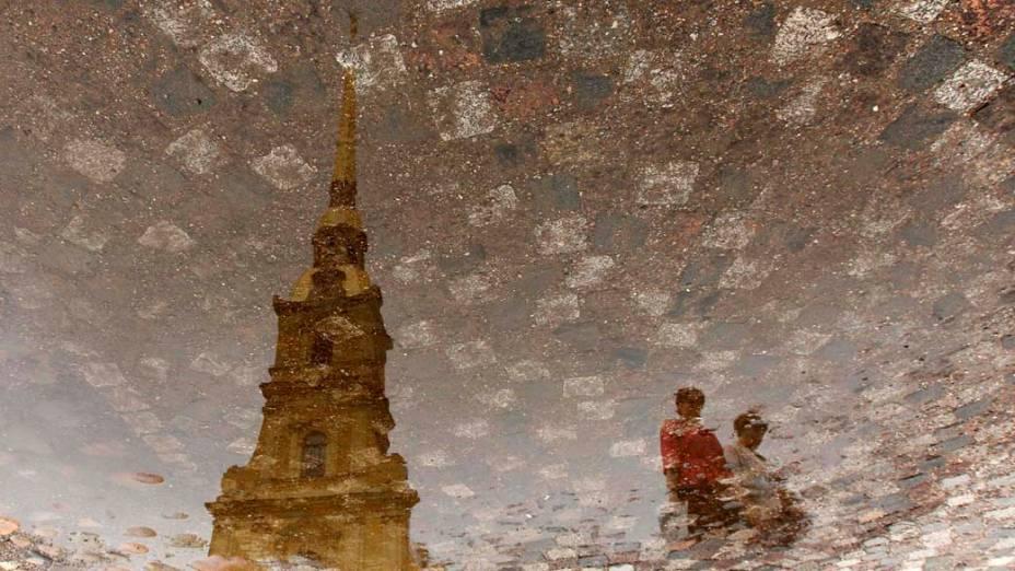 Reflexo da torre da catedral de Pedro e Paulo, em São Petersburgo, Rússia