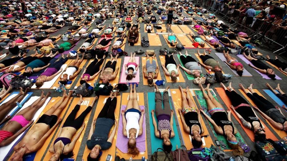 Em Nova York, centenas de pessoas praticam yoga na Times Square durante evento que marca o solstício de verão