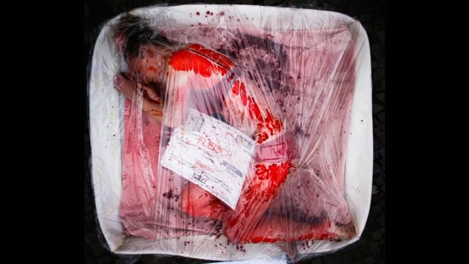 Em Berlim, manifestante do Peta, organização que luta pelos direitos dos animais, protesta contra o consumo de carne