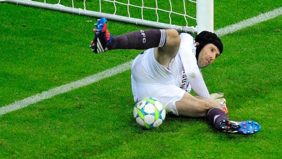 Petr Cech defendeu o pênalti cobrado pelo holandês Robben