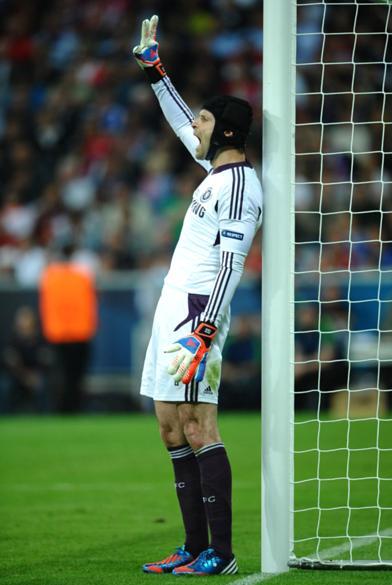Petr Cech orienta a formação da barreira do Chelsea