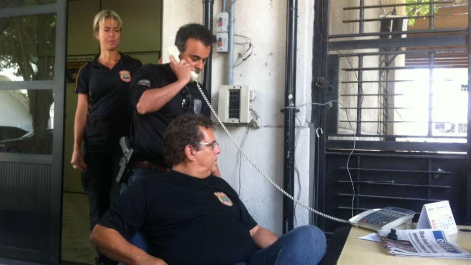 O delegado Marcelo Nogueira, da PF, recebe o telefonema do advogado Marthius Lobato sobre a fuga de Henrique Pizzolato