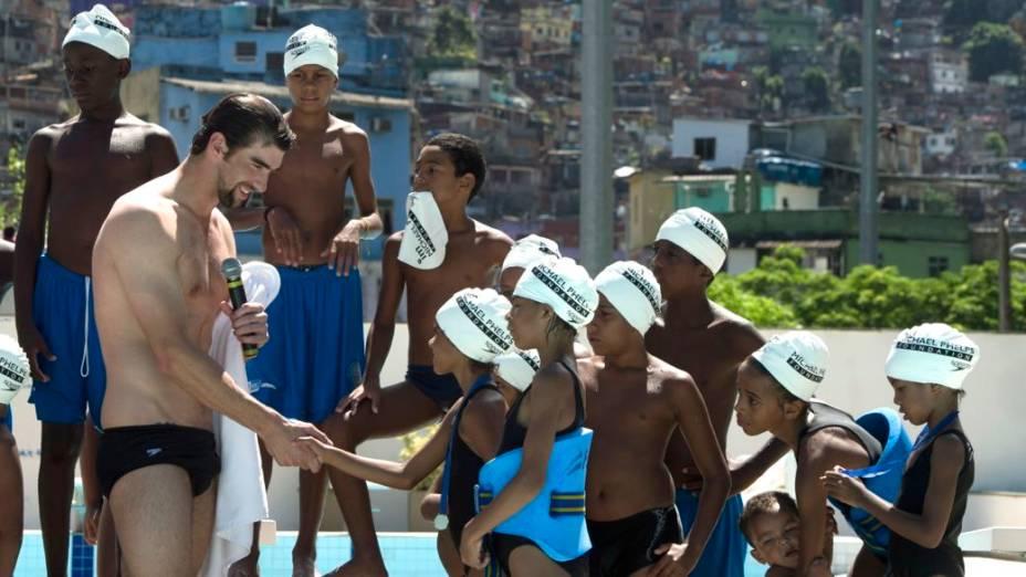 Michael Phelps, maior medalhista da história olímpica, visita a Rocinha, no Rio de Janeiro