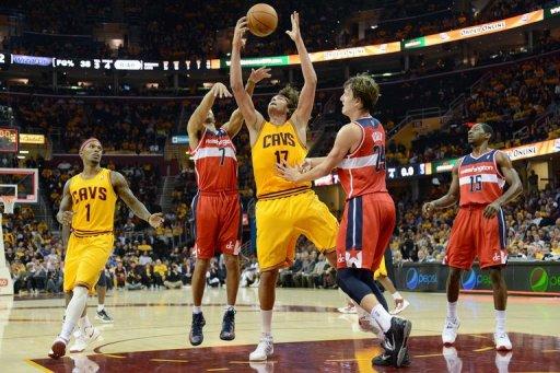 Anderson Varejão supera a marcação da defesa do Washington Wizards na vitória do Cleveland Cavaliers
