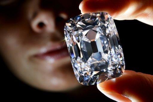 Modelo segura diamante na Casa de Leilões Christies, em Genebra, na Suíça. A pedra foi vendida por 20 milhões de francos suíços (cerca de R$ 43 milhões)