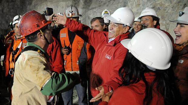 O presidente, Sebatián Piñera, recebe o mineiro Mario Sepulveda com um abraço