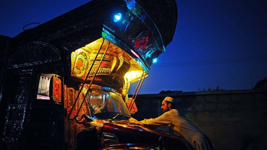 Oficina de pintura de caminhões em Rawalpindi, no Paquistão