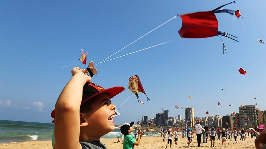 Estudantes libaneses colocaram no ar suas pipas a partir da praia de Ramlet al-Baida, em Beirute