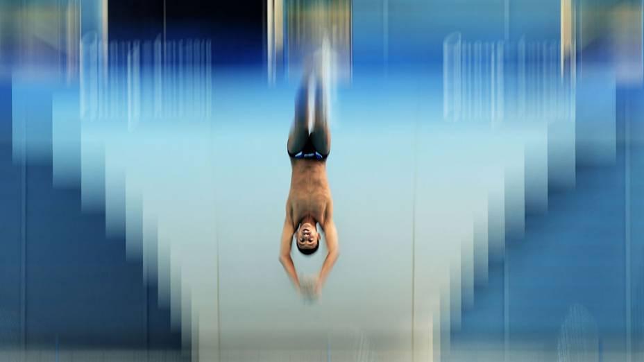 Nadador do Kuwait mergulha de trampolim de 3 metros durante o 16º Jogos Asiáticos de Guangzhou 2010, na China
