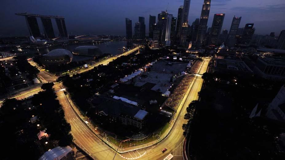Um carro da Ferrari participa dos treinos em Cingapura, onde acontece domingo o Grande Prêmio de Formula 1
