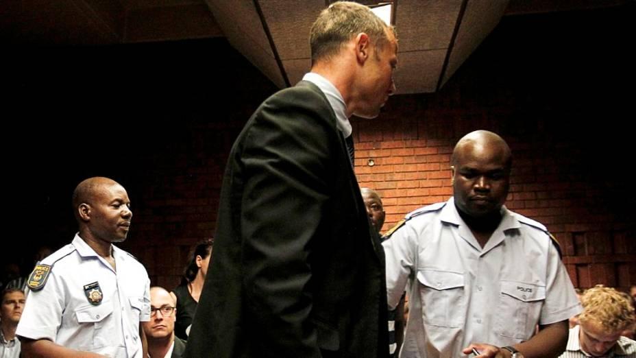 Oscar Pistorius ouve a acusação de homicídio num tribunal de Pretória