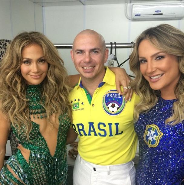 O rapper Pitbull postou uma foto em seu perfil no Instagram minutos antes de subir ao palco acompanhado de Jennifer Lopez e Claudia Leitte