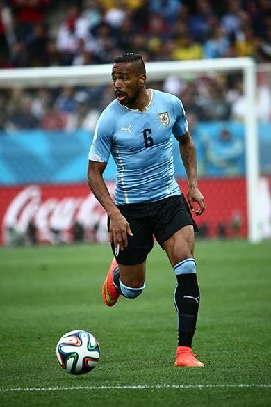 O uruguaio Álvaro Pereira durante o jogo contra a Inglaterra no Itaquerão, em São Paulo
