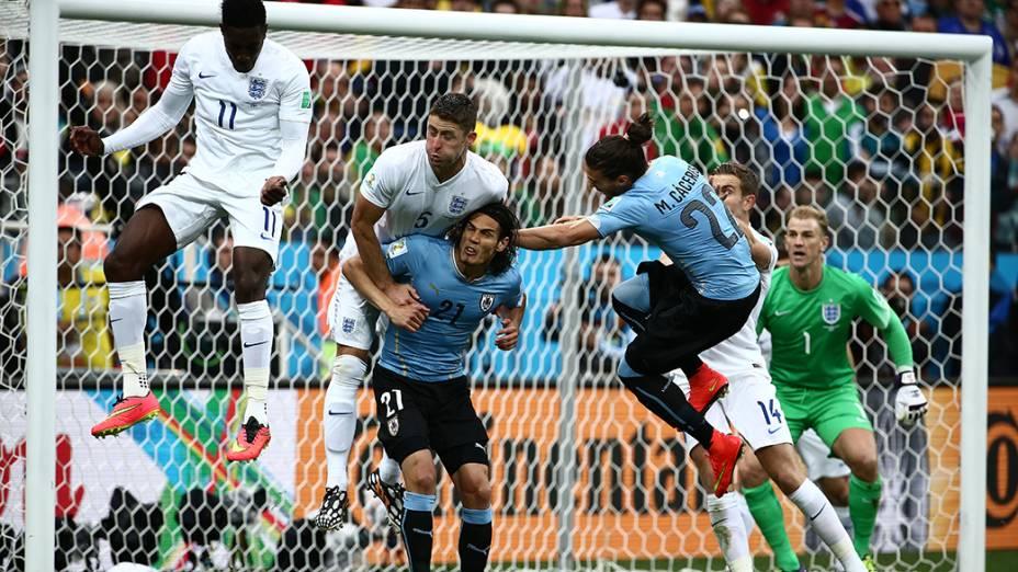 Lance de escanteio no jogo entre Uruguai e Inglaterra no Itaquerão, em São Paulo