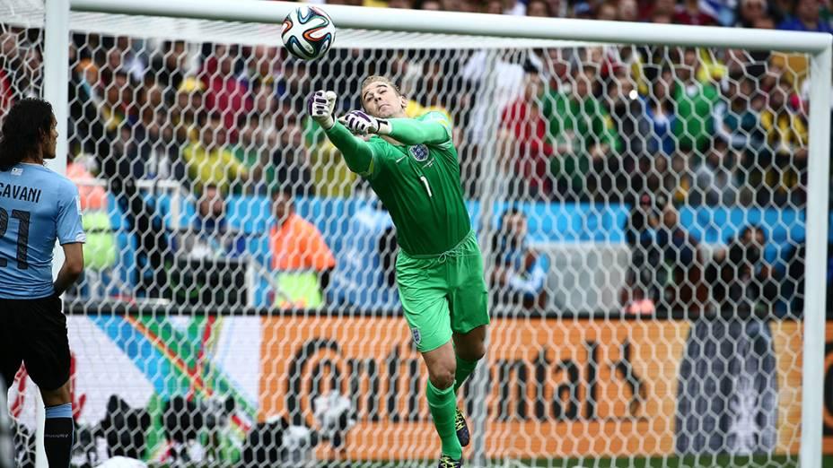 O goleiro inglês Joe Hart afastaa bola da área da Inglaterra no jogo contra o Uruguai no Itaquerão, em São Paulo