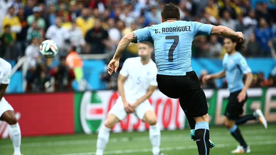 O uruguaio Cristian Rodríguez durante o jogo contra a Inglaterra no Itaquerão, em São Paulo