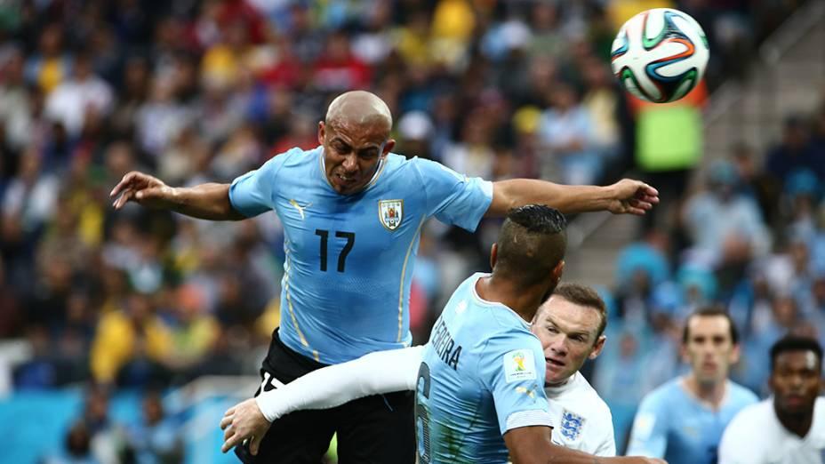 O uruguaio Arévalo Rios cabeceia a bola no jogo contra a Inglaterra no Itaquerão, em São Paulo