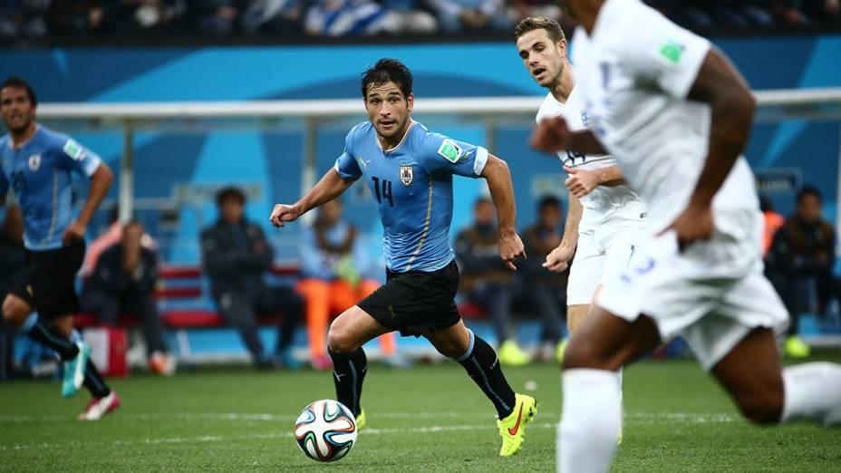 O uruguaio Lodeiro conduz a bola no jogo contra a Inglaterra no Itaquerão, em São Paulo
