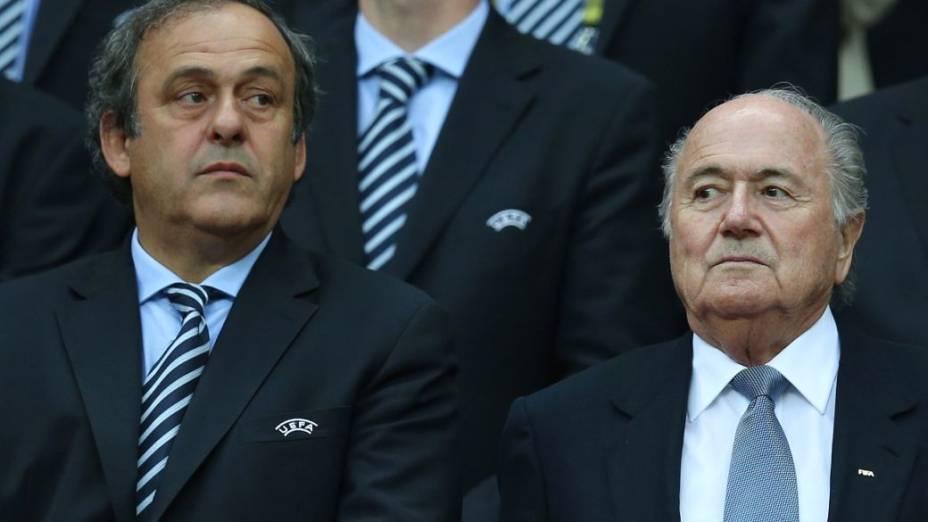 Os presidentes da Uefa, Michel Platini, e da Fifa, Joseph Blatter, na tribuna de honra do Estádio Nacional de Varsóvia durante uma das semifinais da Eurocopa 2012