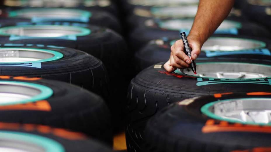 Funcionário prepara pneus para o Grande Prêmio da Itália de Fórmula 1, na cidade de Monza