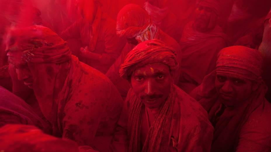 """Indianos jogam pós coloridos uns nos outros durante festival """"Lathmar Holi"""" em Barsana, Índia"""