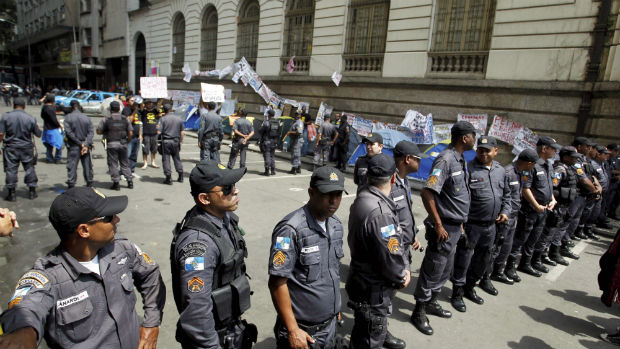 Policiais militares cercam a Câmara dos Vereadores do Rio para impedir a entrada de professores