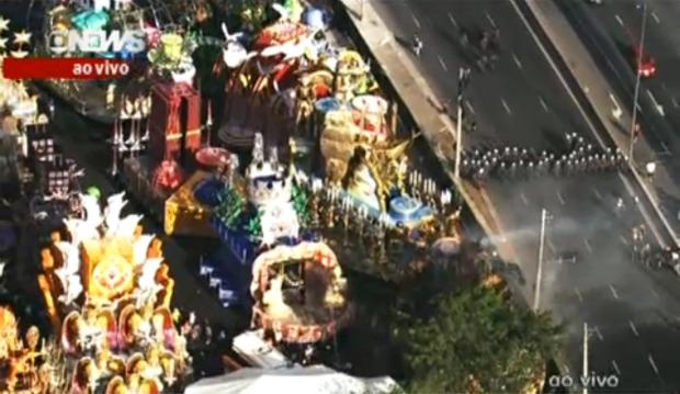 Polícia fecha a Marginal Tietê, ao lado do sambódromo
