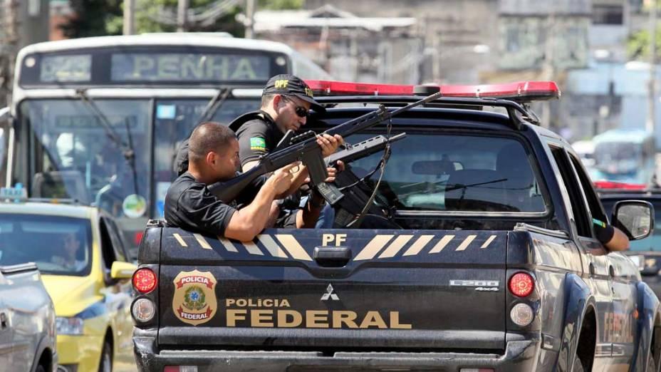 Na sexta-feira, dia 26 de novembro, policiais federais na favela da Grota, no Rio de Janeiro