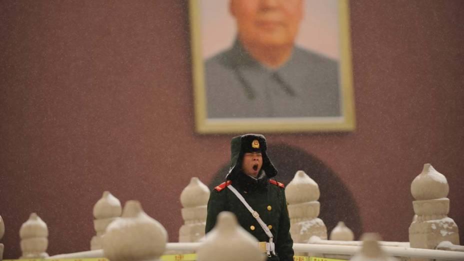 Policial chinês durante nevasca em Pequim.