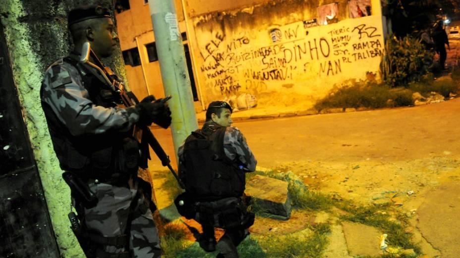 Policial Militar durante ocupação da favela Vila Kennedy para futura instalação de uma UPP, no Rio de Janeiro