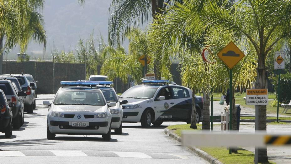 Policiais civis deixam o condomínio do jogador Bruno, no Recreio dos Bandeirantes: menor encontrado na casa do goleiro é suspeito de ter participado da morte de Eliza Samudio