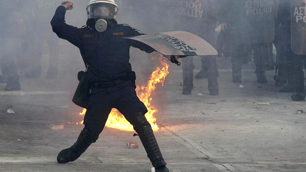 Policiais gregos tentam acalmar manifestantes que protestam contra o novo plano de austeridade