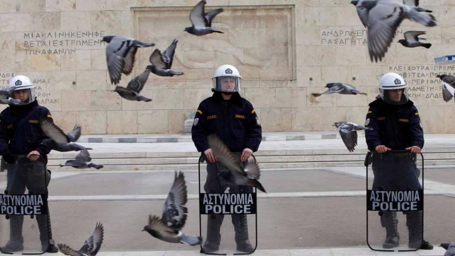 Policiais em frente ao parlamento grego na cidade de Atenas. Funcionários do transporte público fizeram greve contra reformas no setor