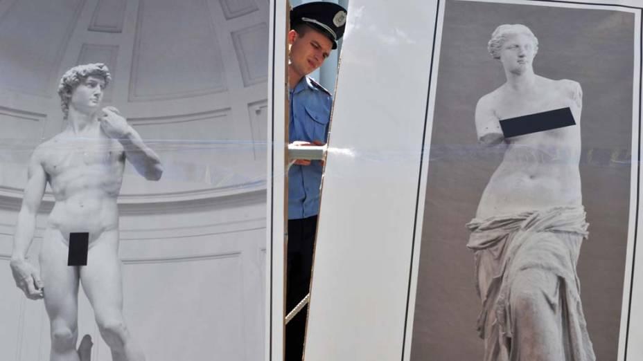Em Kiev, Ucrânia, cartazes fazem alusão à censura sobre obras de arte, durante leilão organizado pelo Centro de Direitos Humanos, que pediram a derrubada de uma lei sobre a proteção da moral pública