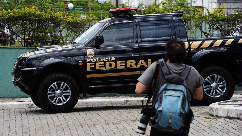 O ex-presidente do Partido dos Trabalhadores (PT) José Genoino e o ex-ministro da Casa Civil José Dirceu, deixam o prédio da Polícia Federal em um Corolla escoltado, rumo ao aeroporto de Congonhas, em São Paulo (SP), neste sábado (16)