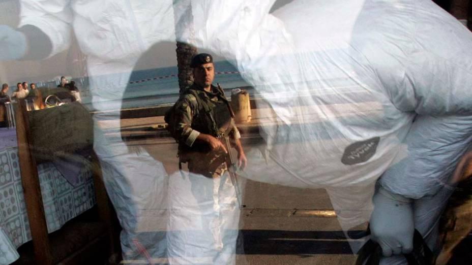 Detetives forenses inspecionam um restaurante abalado por uma explosão ao sul do Líbano