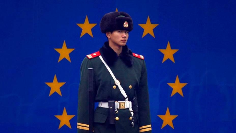 Oficial na entrada da embaixada da União Européia em Pequim, China