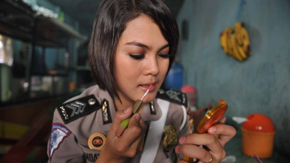Policial do centro de gerenciamento de trânsito antes do trabalho em Jacarta, Indonésia