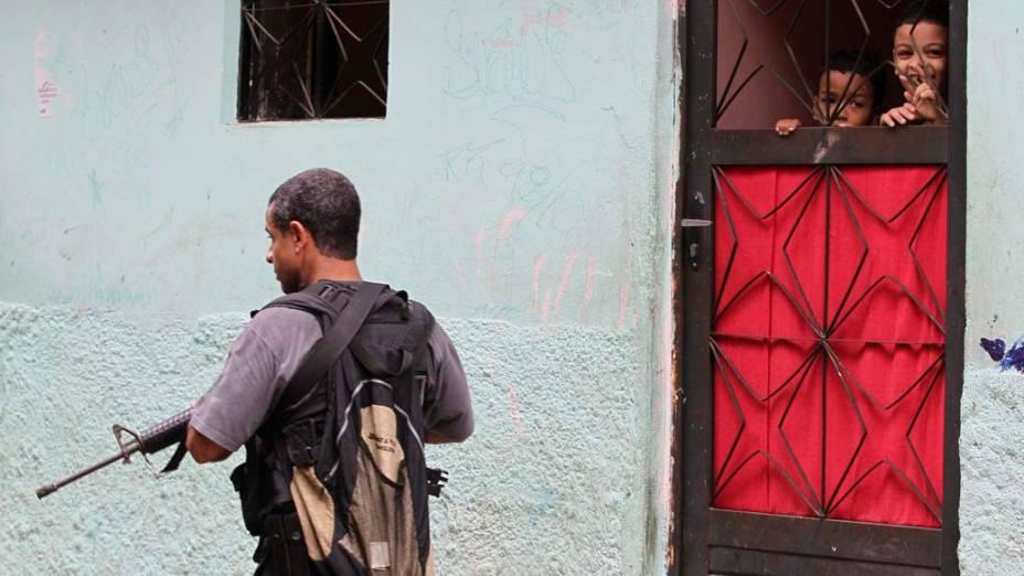 Na quarta-feira, dia 24 de novembro, policial na favela Jacarezinho, no Rio de Janeiro