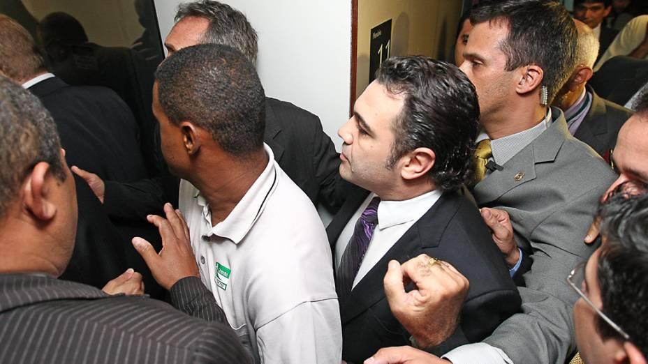 O deputado-pastor Marco Feliciano é escoltado por seguranças e acessores até a sala de reunião