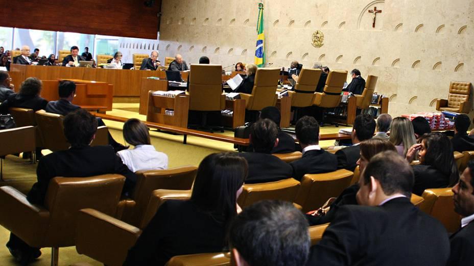 Os ministros do Supremo Tribunal Federal (STF), durante análise dos recursos apresentados pelas defesas dos 25 réus condenados pela corte, os chamados embargos, nesta quinta-feira (12)
